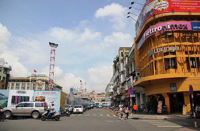 Việc phong tỏa đường Nguyễn Huệ khiến người Sài Gòn hết sức ngỡ ngàng. (Ảnh Sỹ Hưng)