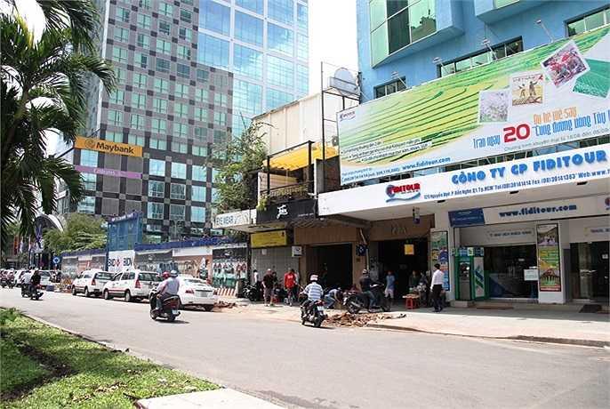 Nhiều điểm kinh doanh trên đường Nguyễn Huệ ế ấm khách đến mua hàng vào sáng nay (7/10). (Ảnh Sỹ Hưng)