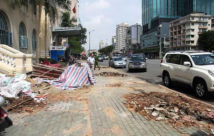 Đường đẹp nhất Sài Gòn được đào bới chuẩn bị cho quá trình thi công dự án. (Ảnh Sỹ Hưng)