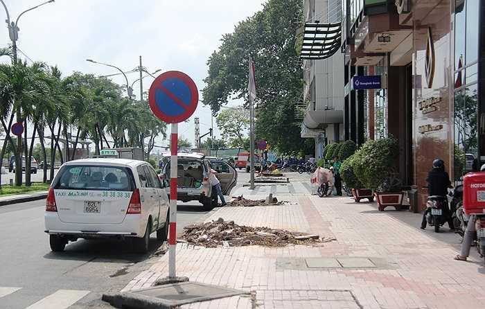 Tài xế taxi vốn rất quen thuộc với con đường này cũng tỏ ra ngỡ ngàng. (Ảnh Sỹ Hưng)