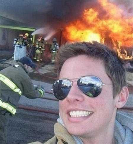 Chàng lính cứu hỏa này nhanh chóng nổi tiếng trên mạng nhờ bức ảnh không giống ai này. Phần lớn mọi người đều cho rằng, chắc không ai có thể hạnh phúc khi nhìn thấy đám cháy lớn hơn anh ta, nhất là khi anh còn là người đang phải làm nhiệm vụ.