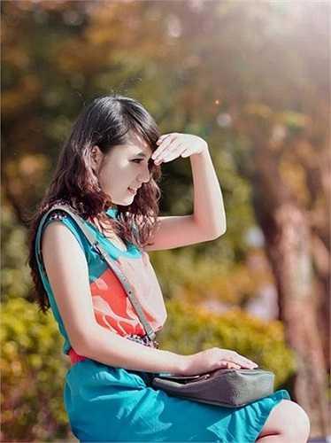 Sở hữu gương mặt khả ái cùng vóc dáng chuẩn, cô được nhiều nhiếp ảnh gia chú ý và mời làm mẫu ảnh.