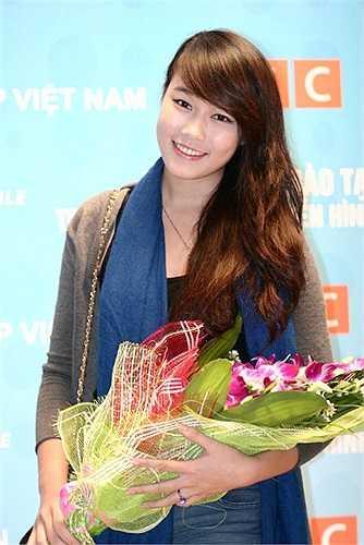 Lã Ngọc Minh Trang sở hữu gương mặt khả ái và nụ cười đẹp thêm tô điểm cho gương mặt của cô thêm nổi bật.