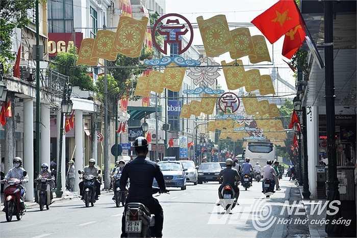 Phố phường Hà Nội được trang hoàng lộng lẫy chào đón ngày lễ trọng đại.