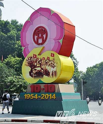 Trong dịp này, Hà Nội tổ chức nhiều chương trình liên hoan văn hóa nghệ thuật chào mừng kỷ niệm 60 năm giải phóng thủ đô.
