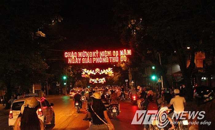 Phố đêm Hà Nội rực rỡ trong dịp lễ trọng đại (Ảnh: Minh Chiến - Quang Lâm)