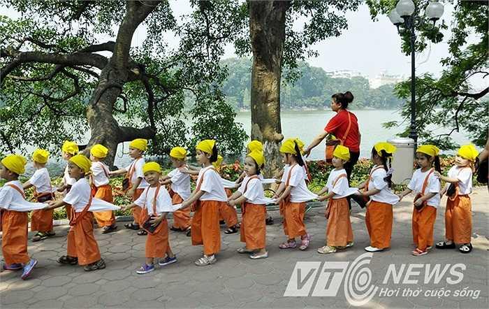 Các em nhỏ tập luyện cho các chương trình trong ngày lễ lớn.