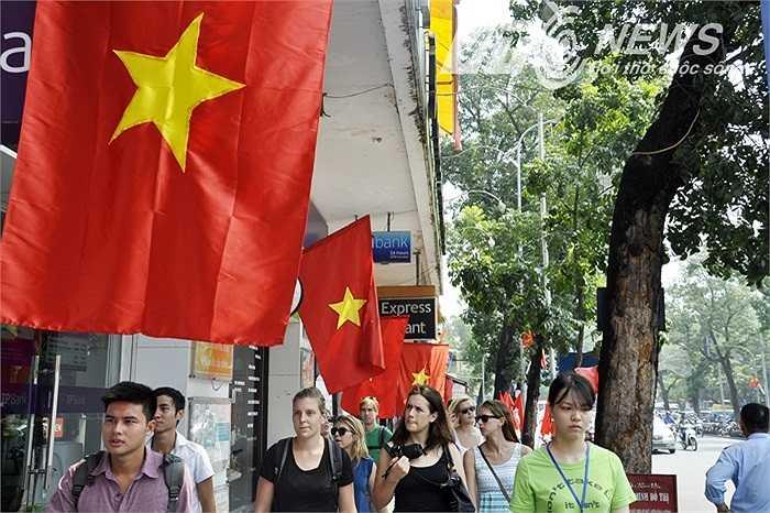 Rất đông du khách nước ngoài đến với Hà Nội trong dịp này.