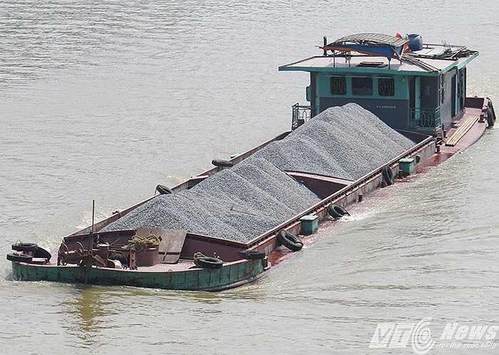 Hải Phòng có 11 tuyến sông vận tải đường thủy nội địa đi các tỉnh đồng bằng sông Hồng, hàng ngày những con tàu chở quá tải như thế này vẫn ngược xuôi lưu thông qua các tuyến sông.