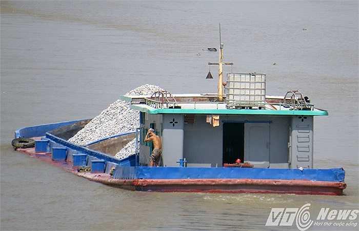 Mức xử phạt vi phạm đối với phương tiện chở quá tải trên sông từ vài triệu đến trên 10 triệu đồng, tuy nhiên, họ vẫn 'không sợ'.