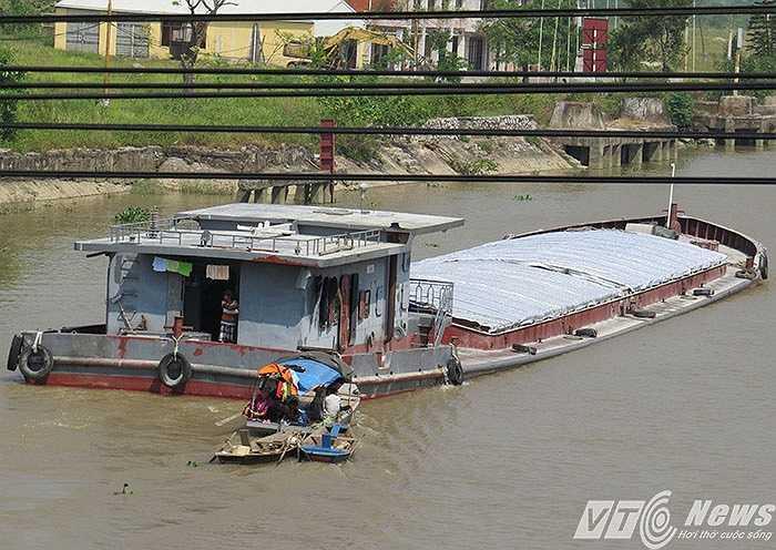 Tàu chở hàng từ Thái Bình, đi Hải Phòng qua sông Tam Bạc