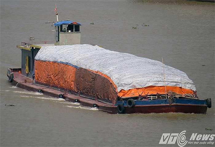 Tàu chở hàng trên sông Cấm