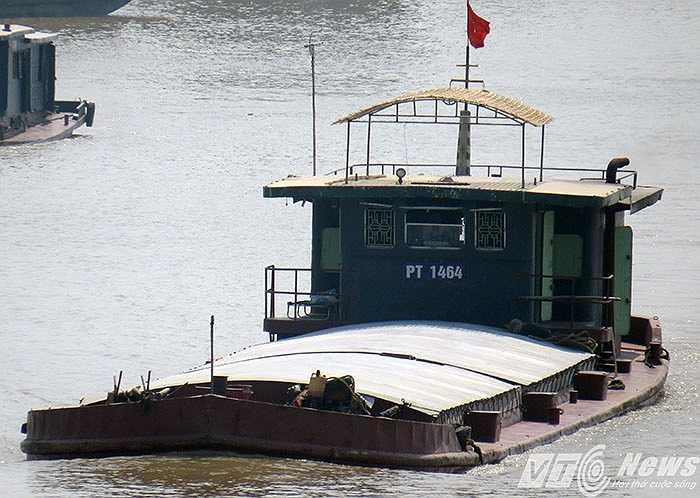 Đang trong mùa thường xuyên có mưa bão nhưng các phương tiện vận tải thủy này luôn chở hàng quá tải trọng
