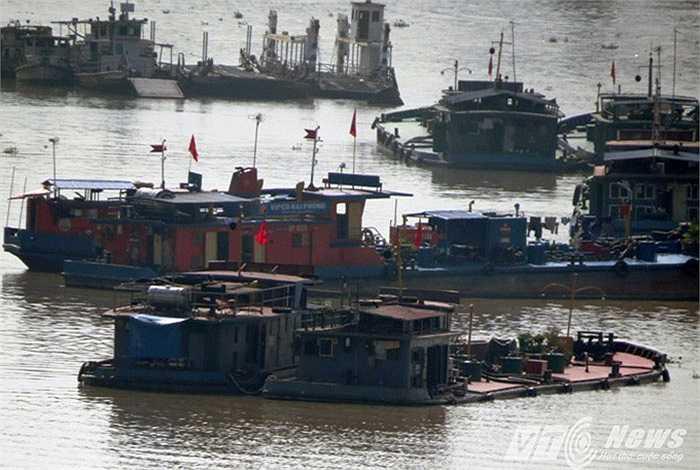 Tại các bến thủy nội địa, luôn có vài chiếc tàu nằm chờ bốc hàng đều trong tình trạng quá tải