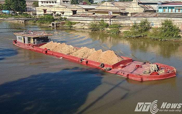 Tàu nhỏ nhất khoảng 150 tấn, lớn nhất khoảng 1.500 tấn, hầu hết các tàu đều tận dụng tối đa chở hàng quá tải.
