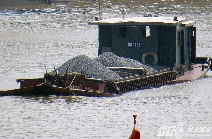 Theo một vị cán bộ Phòng Cảnh sát đường thủy Hải Phòng cho biết, những phương tiện chở quá tải như thế này, chỉ cần gặp một cơn lốc địa phương (lốc cục bộ) không thể dự báo trước thì những loại phương tiện này dễ bị nhấn chìm trên sông