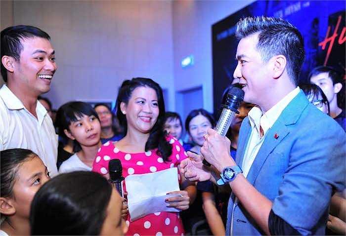 Sự xuất hiện của nam ca sỹ nhận được sự chú ý và quan tâm đặc biệt của các fan tại thành phố biển.