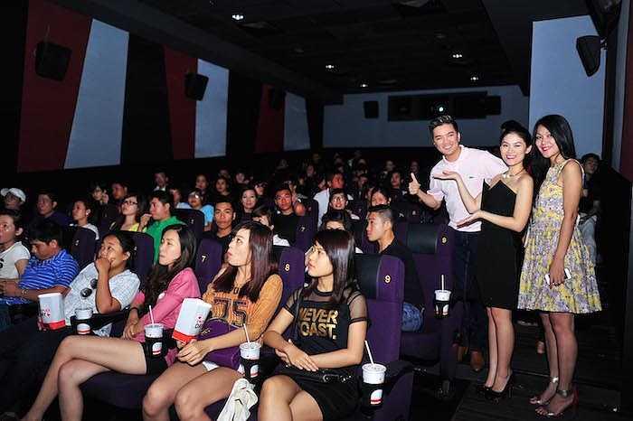 Mới đây, 'Hiệp sỹ mù' Ngọc Thanh Tâm và Đinh Y Nhung cũng đã đại diện cho ê kíp làm phim trao 800 phần quà với giá trị 400 triệu đồng trích từ doanh thu phim để giúp đỡ thêm cho các trẻ em khiếm thị tại TP.HCM.  (Trung Ngạn)