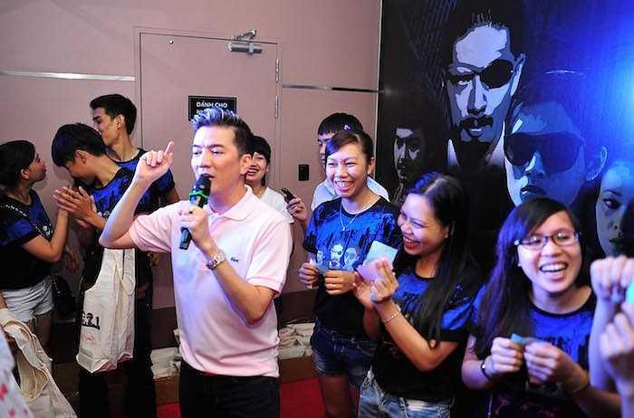Giấu sự mệt mỏi khi phải di chuyển liên tục trong nhiều ngày, Đàm Vĩnh Hưng đã rất hăng say, thoải mái để chia sẻ thông tin bộ phim đầu tay do mình đảm nhận vai trò giám đốc sản xuất.