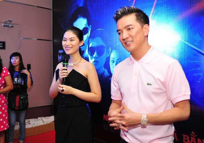 Đây cũng là lần đầu tiên Đàm Vĩnh Hưng xuất hiện sau thông tin bộ phim 'Hiệp sỹ mù' được một nữ Việt kiều ngỏ lời muốn mua với giá 50 tỷ đồng để chiếu tại châu Âu nhưng phải ngừng chiếu ở Việt Nam.