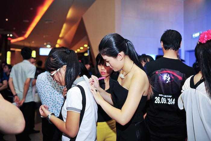 Khi trở về với quê hương Nha Trang, Ngọc Thanh Tâm cũng nhận được sự quan tâm đặc biệt không thua kém gì 'Ông hoàng nhạc Việt'.