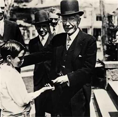 Theo thống kê của Forbes, người giàu nhất nước Mỹ năm 1918 là tỷ phú John D.Rockefeller với khối tài sản ước tính khoảng 1,2 tỷ USD. Hiện tại, Bill Gates là người giàu nhất nước Mỹ với 81 tỷ USD.