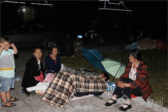 Nhiều người dân hoảng loạn chạy ra khỏi tòa nhà lánh nạn trong động đất