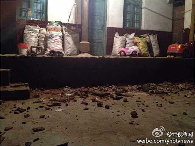 Hoàn Cầu thời báo cho biết hàng loạt ngôi nhà bị hư hỏng nặng sau động đất mạnh 6,6 độ Richter
