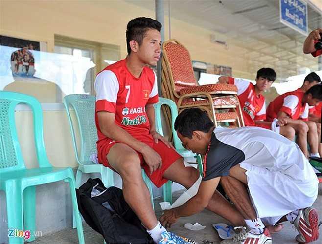 Trước buổi tập, hậu vệ trái Hồng Duy được băng bó cẩn thận