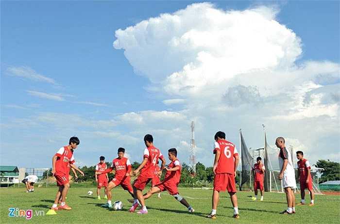 Thời tiết tại Nay Pyi Taw nắng gắt ảnh hưởng không nhỏ tới chất lượng buổi tập của thầy trò HLV Graechen