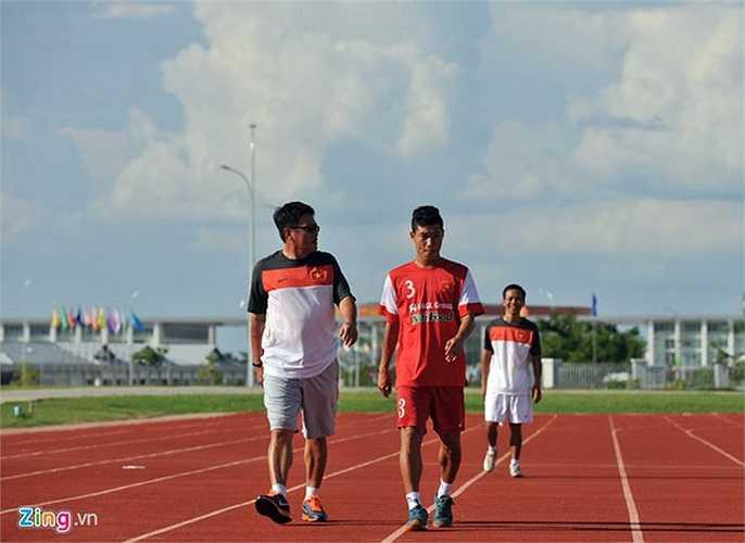 Trung vệ Đông Triều đi bộ ngoài đường pitch vì chấn thương