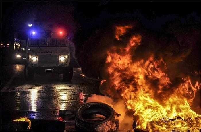 Nhóm thanh niên đập phá cửa hàng, ném đá và chai chứa chất dễ cháy vào các cảnh sát hay đốt xe hơi