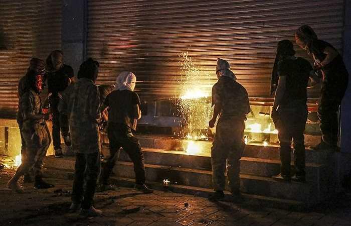 Những người biểu tình phản đối chính quyền nước này đã không làm gì khi xảy ra giao tranh giữa người dân Kurd với IS ở thành phố Kobane