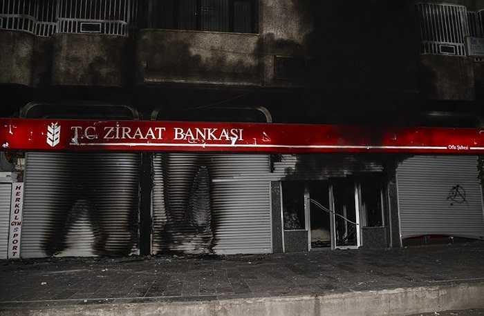 Cảnh sát đã sử dụng hơi cay và vòi rồng để trấn áp những người biểu tình tại nhiều khu vực của Thổ Nhĩ Kỳ
