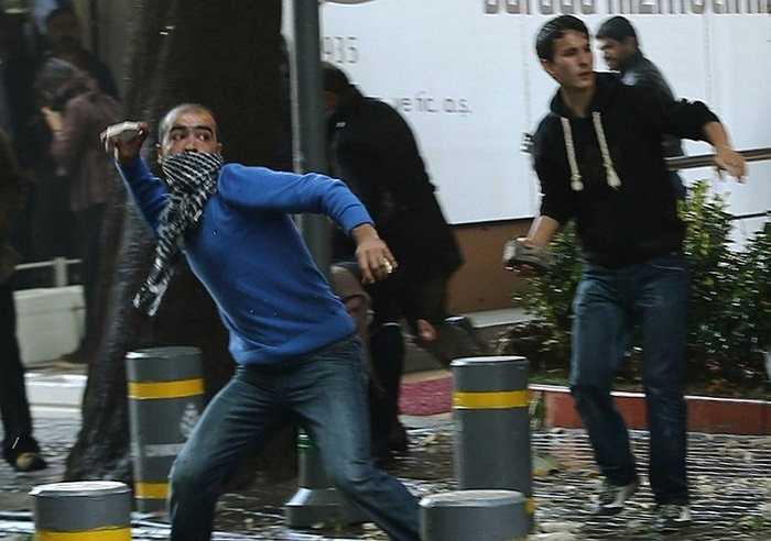Những người biểu tình ném đá, chai lọ vào cảnh sát địa phương