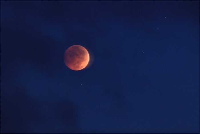 Do bị Mặt trời chiếu sáng khi vừa lặn hoặc sắp mọc nên Mặt trăng bị nhuộm đỏ