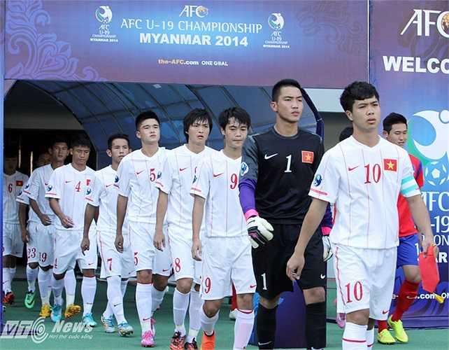 Công Phượng dẫn đầu U19 Việt Nam ra sân.