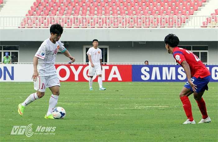 Anh rất cố gắng phối hợp với đồng đội nhưng trong một ngày mà cả U19 Việt Nam không còn là chính mình thì Phượng cũng trở nên đơn độc và không thể phối hợp tốt với đồng đội.
