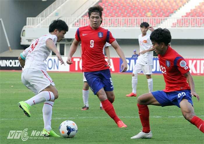 Không những vậy, các cầu thủ Hàn Quốc có thể hình rất tốt thường bố trí tới 2 cầu thủ theo kèm khi Phượng có bóng.