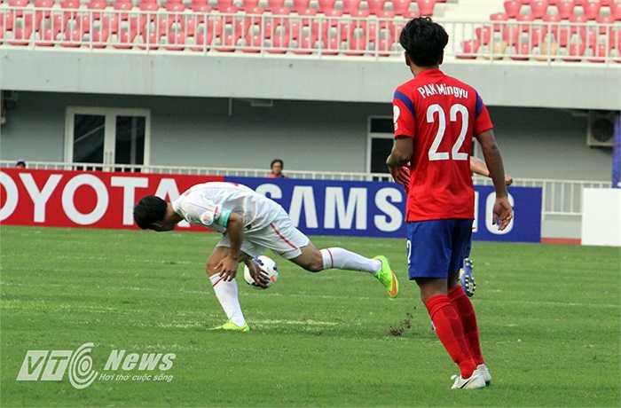 Sự vô duyên của Văn Toàn và sự bất lực của Công Phượng khiến cho hàng công của U19 Việt Nam rất cùn mòn.