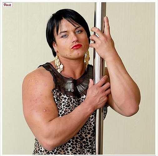 Sau khi sử dụng steroid, cô gái có tên Candice trở thành một người đàn ông với cơ bắp lực lưỡng và lông mọc khắp cơ thể.