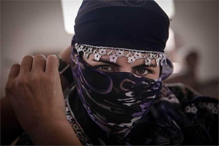 Nữ chiến binh Narlene, 20 tuổi thuộc đơn vị  bảo vệ nhân dân (YPJ) dùng khăn che mặt trong một căn cứ ở ngoại ô Raabia, Syria