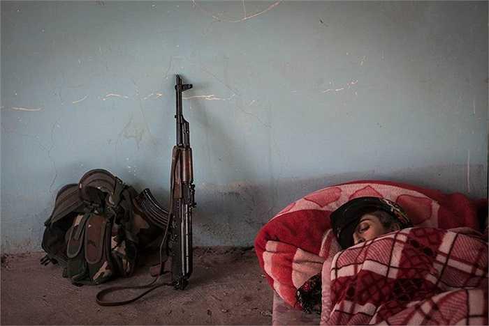 Một nữ chiến binh YPJ nằm ngủ trong ở ngoại ô Raabia, Syria