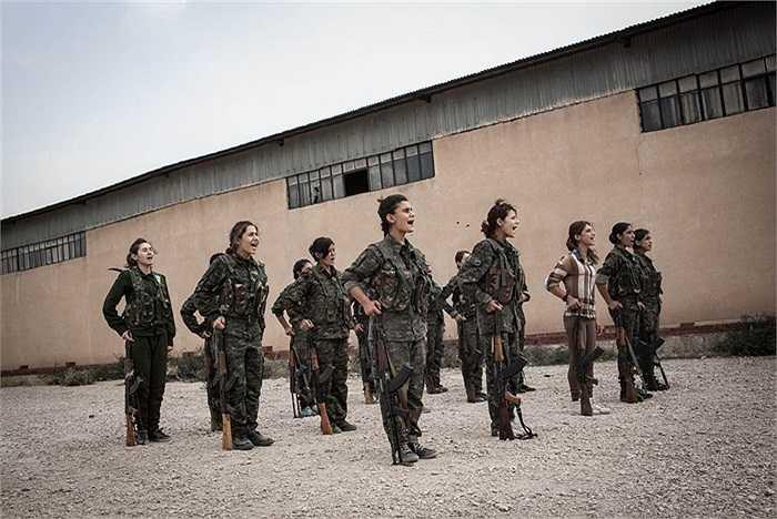 Hàng ngàn phụ nữ người Kurd tình nguyện gia nhập các đơn vị bảo vệ phụ nữ, bảo vệ nhân dân (YPJ) để chống lại các cuộc tấn công của chính phủ Bashar Assad, tổ chức IS cũng như tổ chức al-Qaeda liên kết với al-Nusra Front