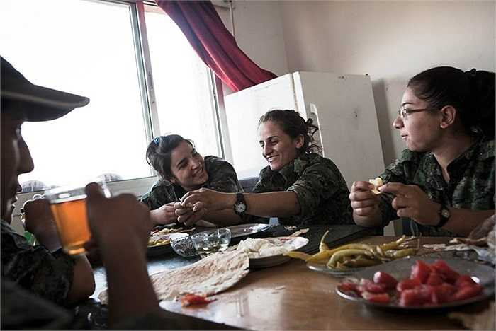 Bữa sáng đạm bạc của các nữ chiến binh YPJ ở căn cứ Til Kocer, Syria