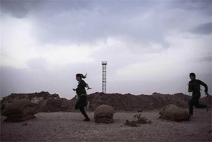 Các nữ chiến binh YPJ mỗi ngày chỉ được ngủ 6 tiếng và họ phải thức dậy lúc 4h sáng để tham gia các buổi huấn luyện ở thành phố Derek, Syria
