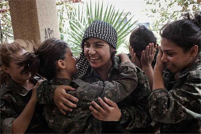 Khoảnh khắc thân mật giữa các nữ chiến binh YPJ