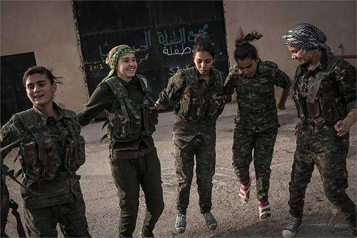 Những nữ tân binh thuộc Đơn vị YPJ nhảy múa thư giãn sau những giây phút căng thẳng luyện tập chiến đấu với IS ở thành phố Derek, Syria