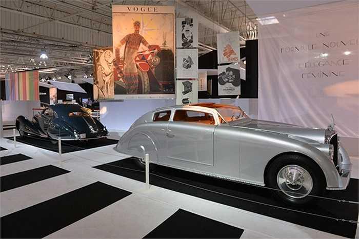 Là một điểm nhấn độc đáo ở Paris Motor Show, gian trưng bày Xe hơi và Thời trang được thực hiện bởi Viện nghe nhìn quốc gia Pháp (INA). Hàng loạt mẫu xe từ cổ chí kim, phong phú kiểu dáng và màu sắc kiêu hãnh góp mặt.