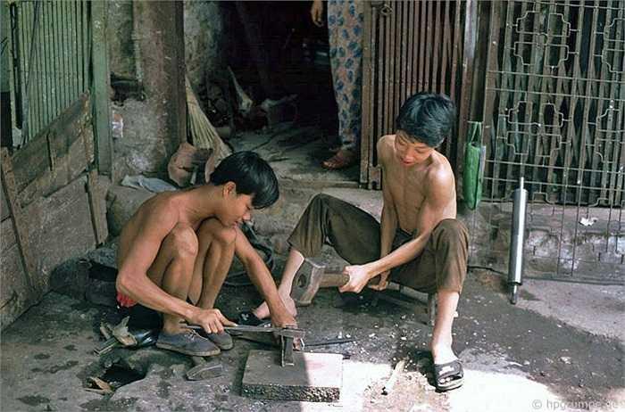 Xưởng cơ khí này chuyên về đồ sắt, cũng trên vỉa hè.